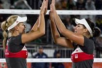 Markéta Sluková (vlevo) a Barbora Hermannová (vpravo) z ČR zvítězily nad Anou Gallayovou a Georginou Klugovou z Argentiny.