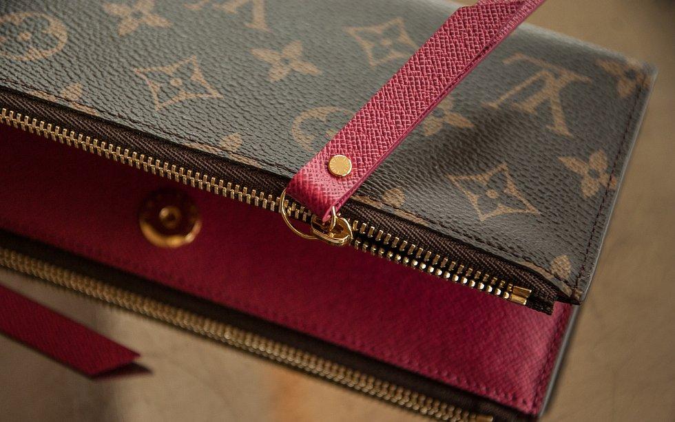 Peněženka značky Louis Vuitton s ikonickým potiskem, který navrhl syn Louise Vuittona Georges několik let po otcově smrti.