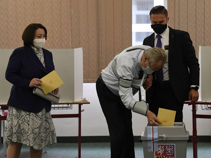 Prezident Miloš Zeman a jeho žena Ivana ve volební místnosti