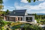Moderní dřevostavba v energeticky pasivním standardu spolu s koupacím jezírkem, permakulturní zahradou