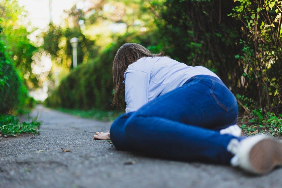Epileptický záchvat se projevuje se například pouhým zahleděním, brněním končetin, výpadkem paměti nebo známými křečemi končetin se ztrátou vědomí.