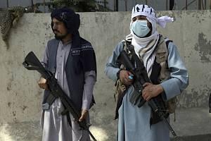 Bojovníci Tálibánu v Kábulu - Bojovníci Tálibánu hlídkují před prezidentským palácem v Kábulu.