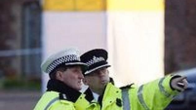 Policisté střeží místo, kde byl zavražděn 11letý Rhys Jones.
