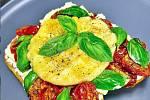 Rozpečená bagetka s rajčaty a sýrem