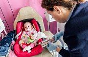 Londýnští lékaři malé holčičce úspěšně transplantovali chybějící brzlík.