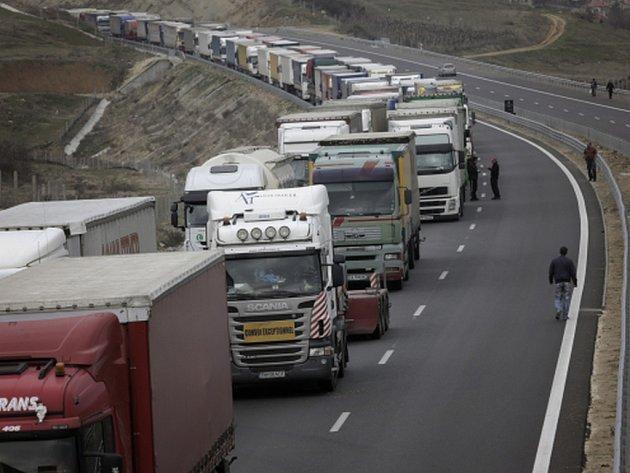 Přímá silniční doprava mezi Bulharskem a Řeckem se dnes zcela zastavila a je odkloněná přes sousední Turecko a Makedonii.