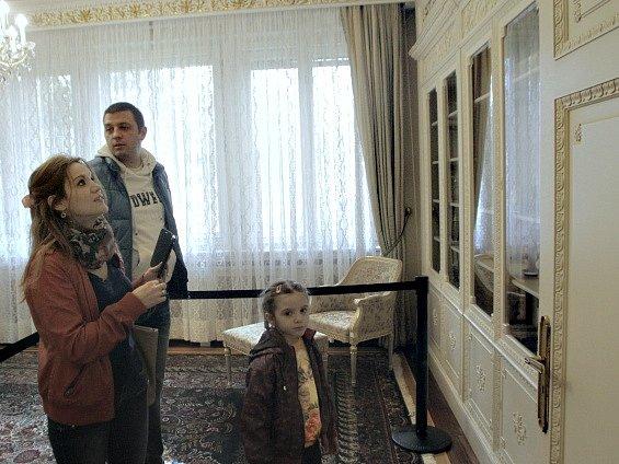 Někdejší honosná rezidence rodiny rumunského diktátora Nicolae Ceaušeska v Bukurešti byla o víkendu otevřena jako muzeum pro veřejnost.