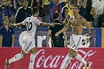 Kanonýr Realu Madrid Cristiano Ronaldo (vpravo) se raduje s Jese Rodriguezem z gólu proti Levante.