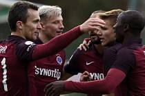 Fotbalisté Sparty se radují z gólu proti Příbrami.