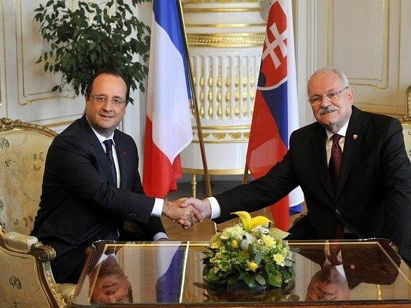 Francouzský prezident François Hollande (vlevo) přijel 29. října na oficiální návštěvu Slovenska. V bratislavském Prezidentském paláci jej uvítal slovenský prezident Ivan Gašparovič.
