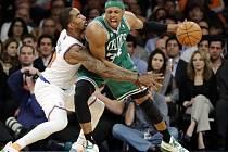 J.R. Smith se snaží ubránit útočícího Paula Pierce z Bostonu (vpravo)