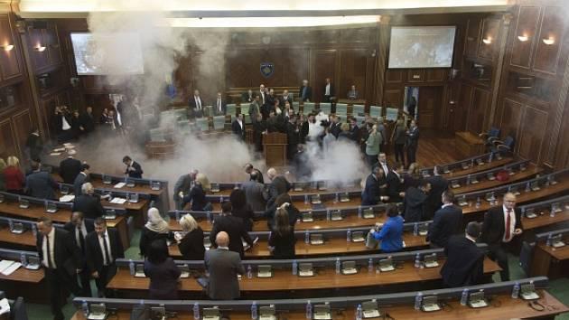 Kosovská opozice opět přerušila jednání parlamentu slzným plynem.