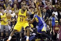 LeBron James (23) v souboji s obráncem  Iguodalou (9) z Golden State Warriors.