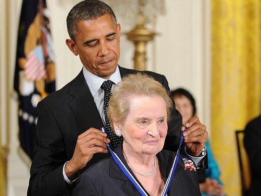 Americký prezident Barack Obama udělil bývalé ministryni zahraničí Spojených států českého původu Madeleine Albrightové nejvyšší civilní vyznamenání země – Medaili svobody.