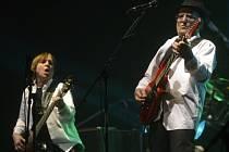 Milan Broum a Petr Janda ze skupiny Olympic na koncertu k 50 letům její existence uspořádaném 1. prosince v Praze.
