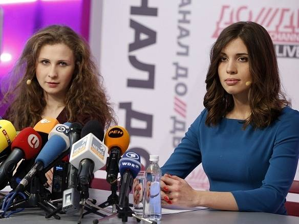 Propuštěné členky Pussy Riot na tiskové konferenci v Moskvě.