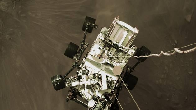 Na snímku NASA z 18. února 2021 je vozítko Perseverance před přistáním na planetě Mars