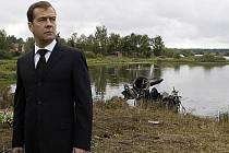 Prezident Medveděv položil kytice květů v místě pádu letadla a zúčastnil se zasedání štábu záchranářů.