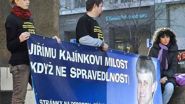 Demonstrace na podporu na doživotí odsouzeného vězně Jiřího Kajínka se konala 29. října v Praze na Václavském náměstí. Termín se shoduje s desátým výročím Kajínkova útěku z věznice Mírov.