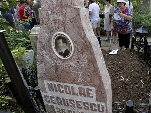 Na bukurešťském hřbitově Ghencea byly znovu pohřbeny pozůstatky bývalého rumunského diktátora Nicolae Ceaušeska.