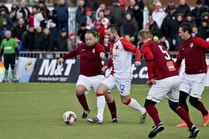 David Kalivoda (v červeno-bílém dresu) během tradičního silvestrovského derby