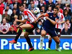 Ondřej Čelůstka (vlevo) v dresu Sunderlandu bojuje o míč s Taarabtem z Fulhamu.