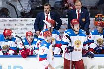 Ruští hokejisté v čele s trenérem Olegem Znarokem na Světovém poháru v Torontu.