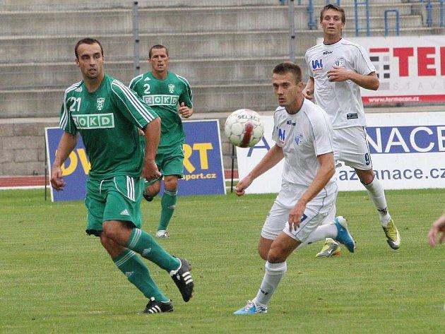 Fotbalisté Ústí (v bílém) proti Karviné.