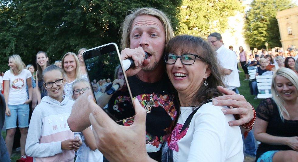 Peněz na dobročinné účely není nikdy dost a tak zahrál a zazpíval pro Litoměřický hospic sv. Štěpána Tomáš Klus.