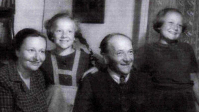 František Schnurmacher s ženou Vally a dcerami Helenou (vpravo) a Hanou.