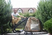 Poutník na chvíli zakotvil u vorařského pomníku v Purkarci.