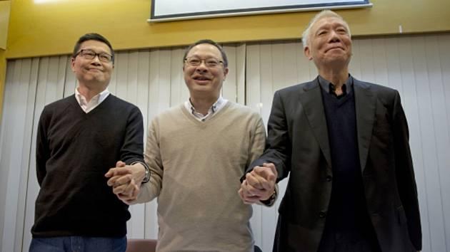 Tři zakladatelé hongkongského hnutí Occupy Central, jež zčásti organizuje hongkongské prodemokratické demonstrace označované úřady za nelegální, se dnes vydali policii.