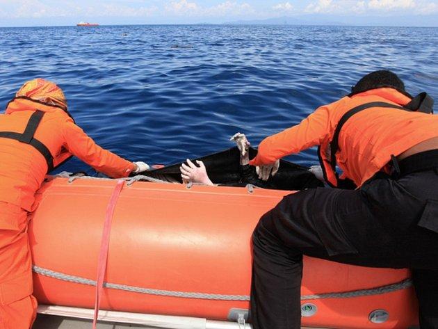 Šéf indonéské pátrací a záchranářské organizace Bambang Soelistyo uvedl, že dosud objevili 103 cestujících, z nichž jen 40 bylo nalezeno živých.