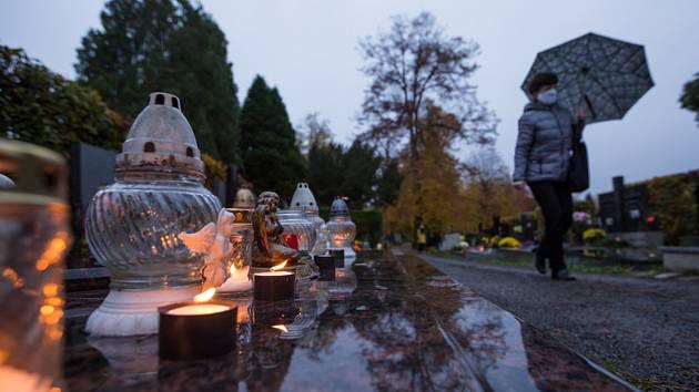 Žena v roušce na hřbitově v Olomouci