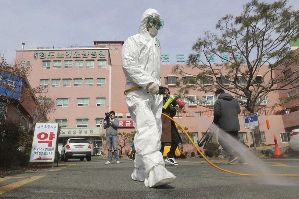 Dezinfikování před nemocnicí v Čchong-to