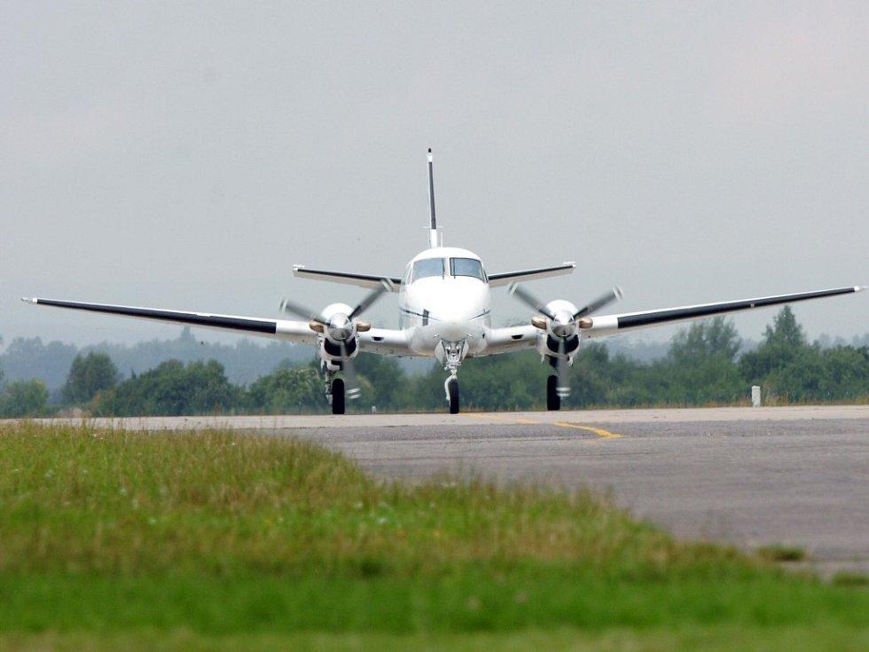 Letadlo Beechcraft King Air C90 nad hradeckým letištěm. Stejný typ letadla se zřítil v blízkosti kyjevského letiště.