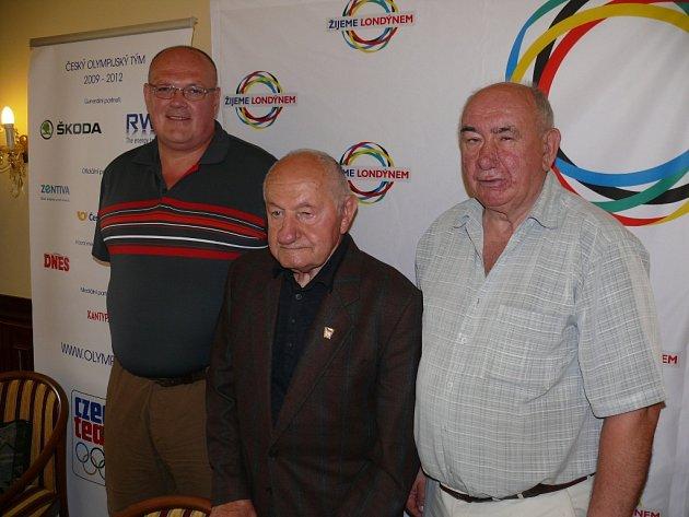 Karel Mejta (uprostřed)