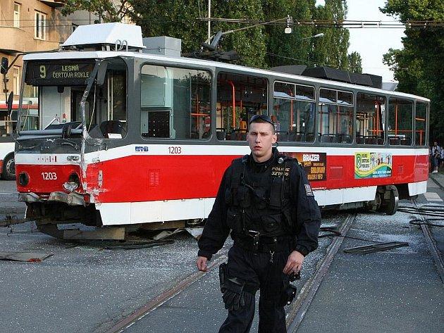 Při srážce tramvaje a trolejbusu v Brně v pondělí večer zahynul jeden člověk. Dalších 13 cestujících se těžce zranilo.