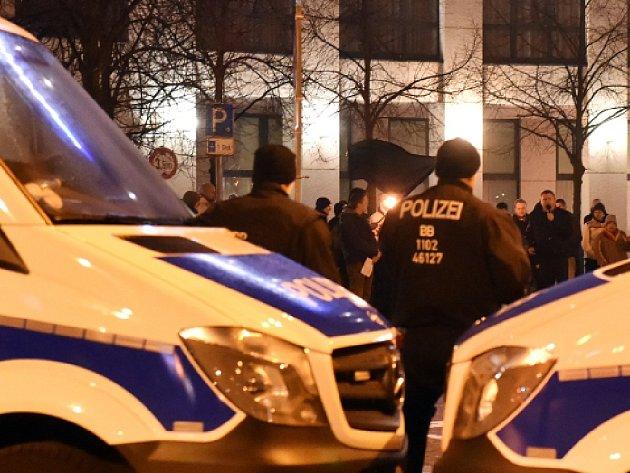 Kurdští výtržníci v bavorském Aschaffenburgu v neděli napadli házením kamenů a petard protiteroristickou demonstraci organizovanou místními Turky.