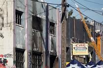 Budova v kalifornském Oaklandu, v níž si požár při taneční párty v noci na sobotu vyžádal několik mrtvých, byla již před večírkem předmětem vyšetřování.