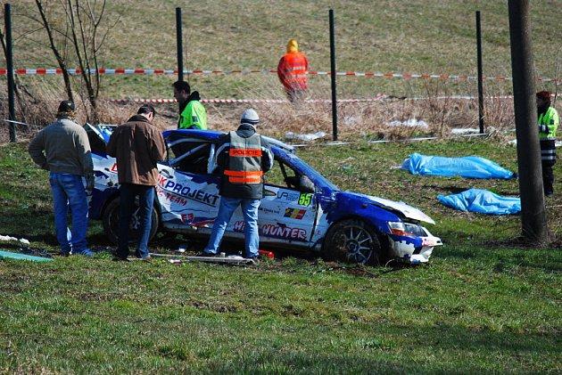 Dva třináctiletí chlapci a osmatřicetiletý otec jednoho z nich. Taková je bilance tragické nehody na Valašské rallye ve Štramberku. Podle pořadatelů zrušeného závodu se diváci pohybovali na nebezpečném místě.