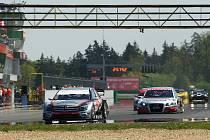 Krátce po startu brněnské tříhodinovky vedl Mercedes DTM stáje Sauto.cz Racing Team před Audi týmu BRT.