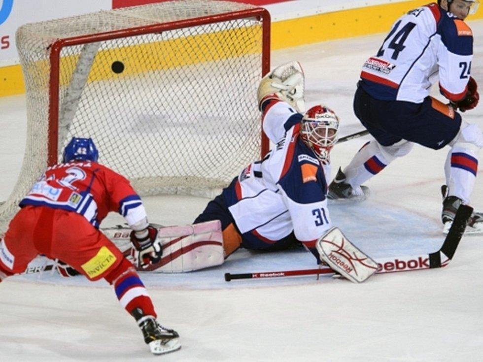 Zleva český reprezentant Petr Koukal míjí odkrytou branku Rastislava Stani ze slovenského týmu.