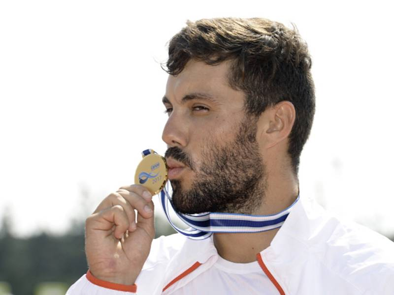 Kajakář Josef Dostál se zlatou medailí z MS v Račicích.