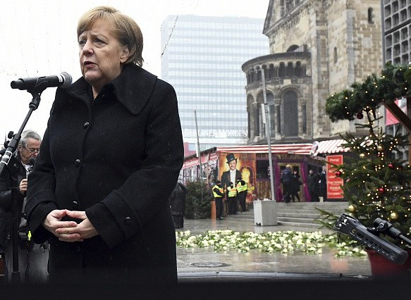 Německá kancléřka Angela Merkelová během pietní akce k výroční teroristického útoku na vánoční trh v Berlíně.