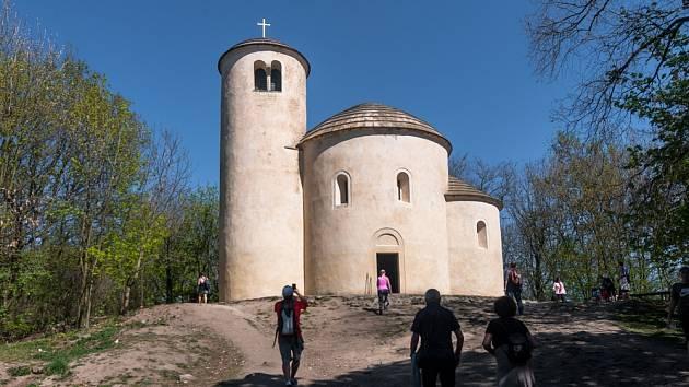 Rotunda sv. Jiří a svatého Vojtěcha na hoře Říp. Najdete ji mezi obcemi Mnetěš a Krabčice nedaleko Roudnice nad Labem
