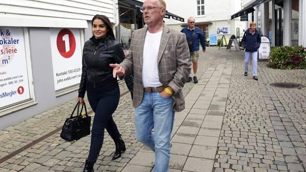 """Norský protiimigrační politik Per Sandberg má poměr s Íránkou Bahareh Letnesovou. Z úřadu musel rezignovat i proto, že mu podle premiérky Erny Solbergové chybí """"selský rozum""""."""