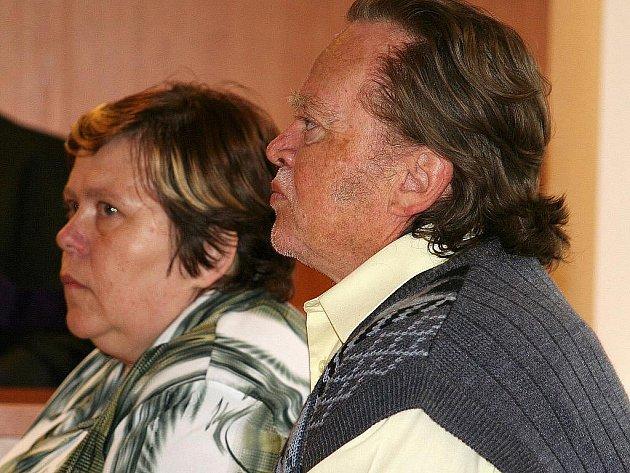 Vyškovský okresní soud ukončil případ manželského páru ze Slavkova u Brna obviněného z týrání svěřených dětí. Šedesátileté Blaženě i o tři roky mladšímu Lubomírovi Rosnerovým vyměřil dva roky podmíněně s odkladem na tři roky.