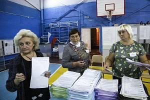 Volební komise při sčítání hlasů