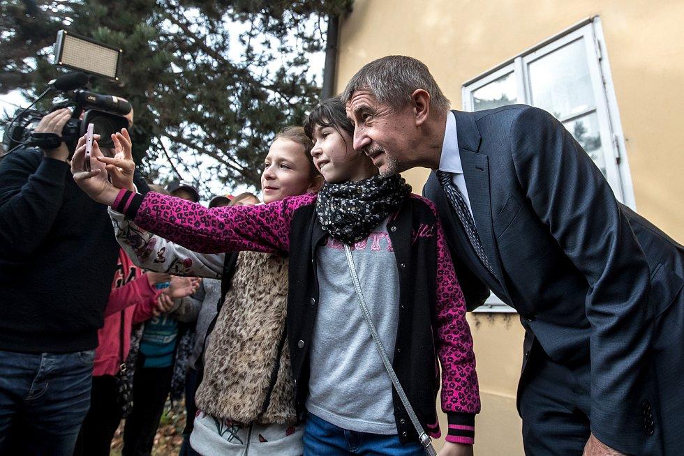Andrej Babiš volil v parlamentních volbách 20. října v Průhonicích.